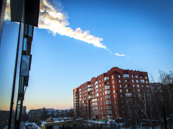 A meteorite trail is seen above a residential apartment block in the Urals city of Chelyabinsk, on February 15, 2013.(AFP Photo / Oleg Kargopolov)