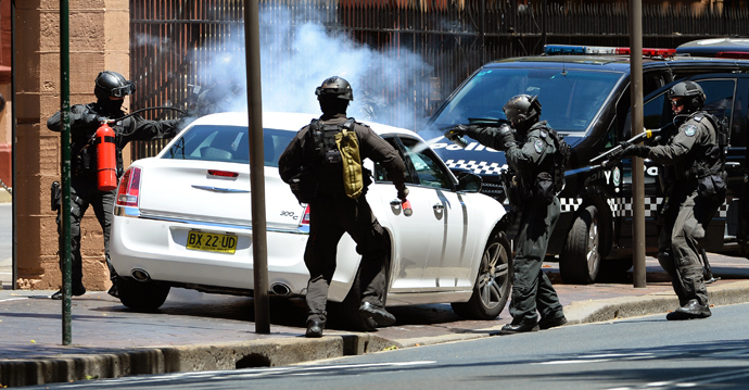 Armed police storm a car outside the New South Wales Parliament in Sydney on December 20, 2013 (AFP Photo / William West)