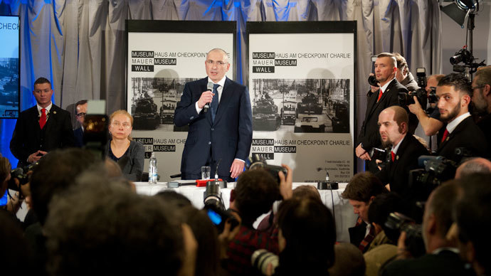 Freed Russian former oil tycoon Mikhail Khodorkovsky speaks next to Alexandra Hildebrandt, director of Museum Haus am Checkpoint Charlie, during his news conference in the museum in Berlin, December 22, 2013. (Reuters / Steffi Loos)