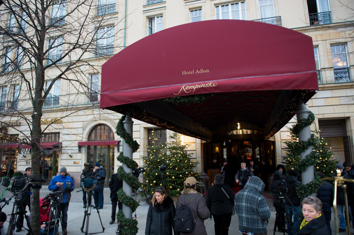 Journalists wait in front of the Hotel Adlon on December 21, 2013 in Berlin, where Russian former oil tycoon and Kremlin critic Mikhail Khodorkovsky stays. (AFP Photo/Johannes Eisele)