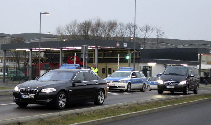 A convoy of cars which are belived to carry former oil tycoon Mikhail Khodorkovsky is escorted by German police as they leave the Schoenefeld airport in Berlin December 20, 2013. (Reuters / Fabrizio Bensch)