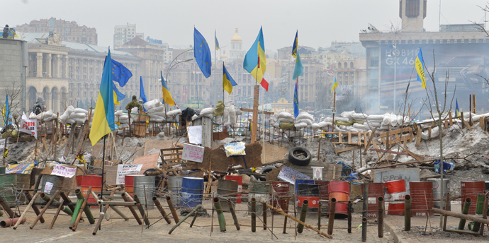Photo shows a barricade set up on Independence Square as opposition protesters continue to occupy Kiev's central square on December 20, 2013 (AFP Photo / Sergey Supinsky)