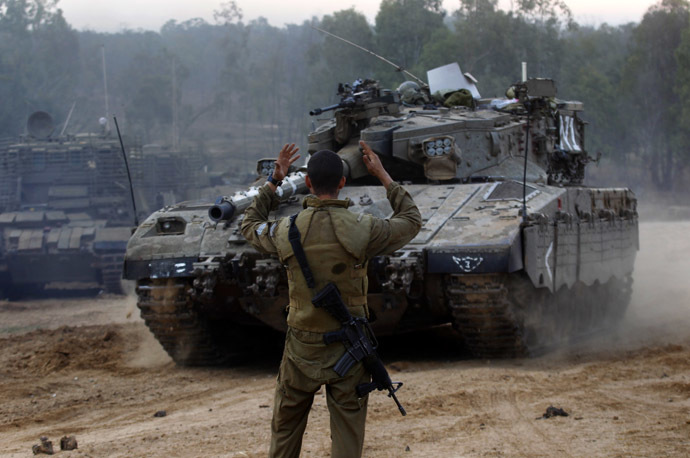 An Israeli soldier guides a tank at an Israeli Defnce Forces (IDF) staging area by the central Gaza border November 22, 2012. (Reuters/Yannis Behrakis)