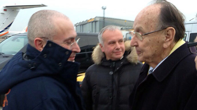 Russian former oil tycoon and Kremlin critic Mikhail Khodorkovsky (L) shaking hands with former German foreign minister Hans-Dietrich upon arrival at Schoenefeld airport in Berlin on December 20, 2013.(AFP Photo / khodorkovsky.ru)