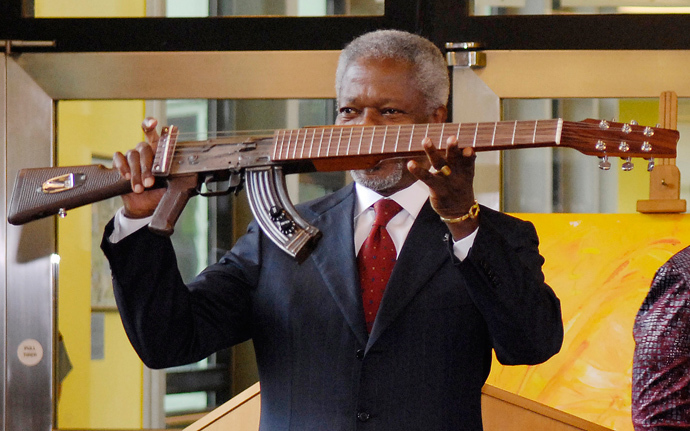 Former United Nations Secretary General Kofi Annan displays a AK47 gun transformed to a guitar at Vienna's U.N. headquarters September 11, 2007. (Reuters / Herwig Prammer)