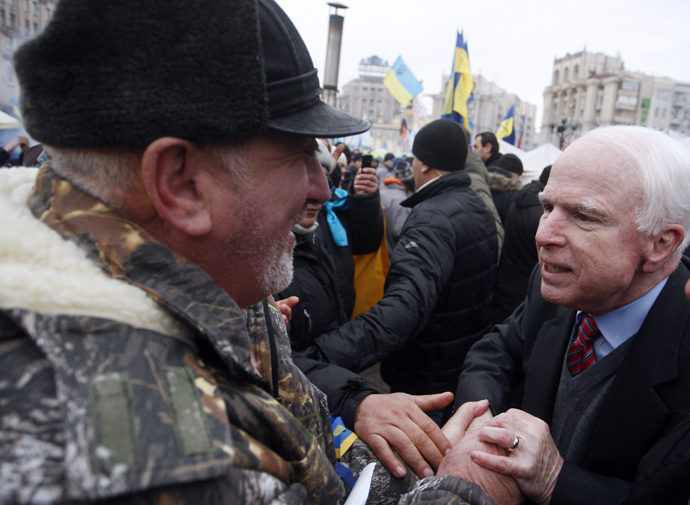 US Senator John McCain (R) shakes hands with a protester during a mass opposition rally at Independence Square in Kiev on December 15, 2013 (AFP Photo / Yury Kirnichny)