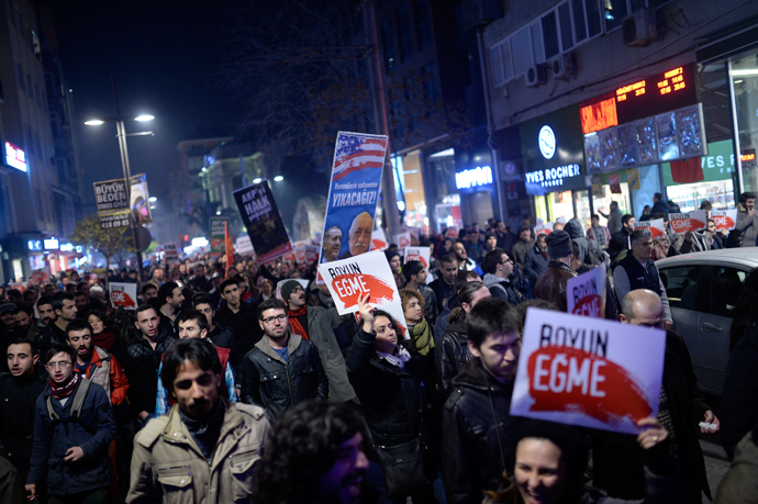 People hold up placards as they take part in a protest against corruption in the Kadikoy district of Istanbul on December 25, 2013 (AFP Photo / Bulent Kilic)