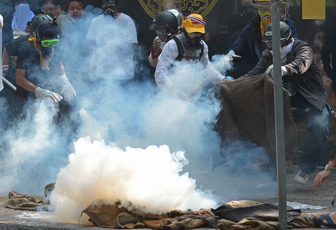 Thai anti government protesters clash with riot policemen during a rally at a stadium to register party-list candidates in Bangkok on December 26, 2013.(AFP Photo / Pornchai Kittiwongsakul)