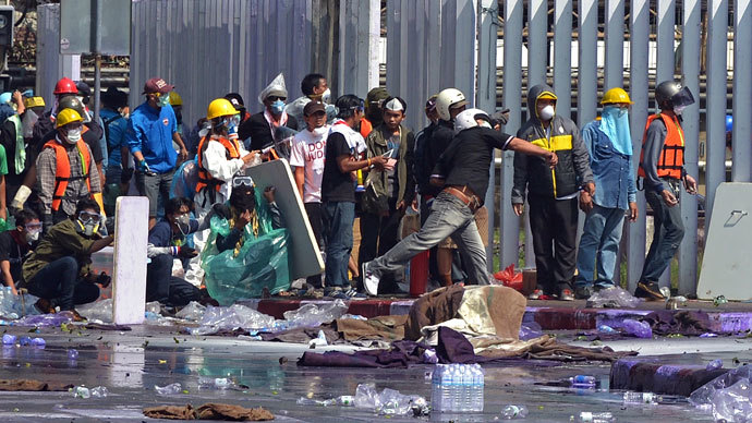 Thai anti government protesters clash with riot policemen during a rally at a stadium to register party-list candidates in Bangkok on December 26, 2013. (AFP Photo / Pornchai Kittiwongsakul)