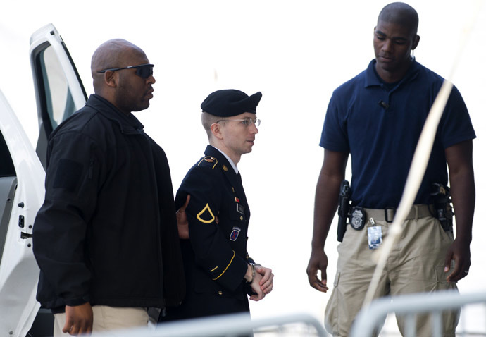 Chelsea Manning arrives alongside military officials at a US military court facility to hear her sentence in his trial at Fort Meade, Maryland on August 21, 2013. (AFP Photo/Saul Loeb)