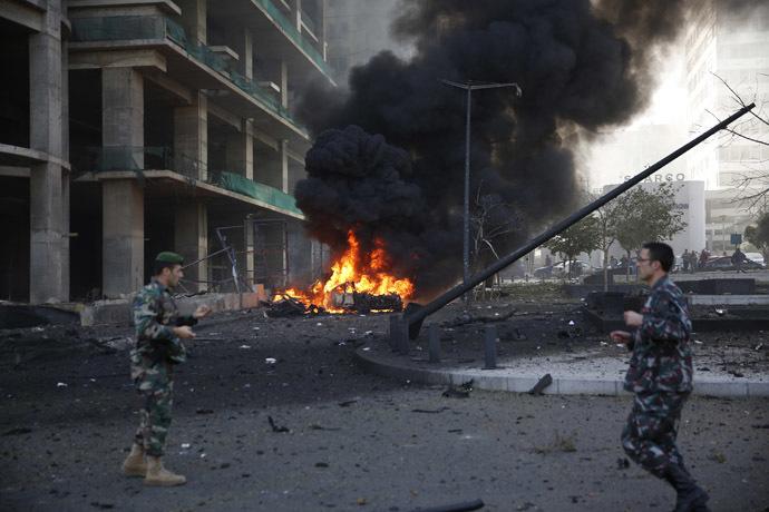 Militares libaneses executado no local de uma explosão no centro da cidade de Beirute 27 de dezembro de 2013.  (Reuters / Steve Crisp)
