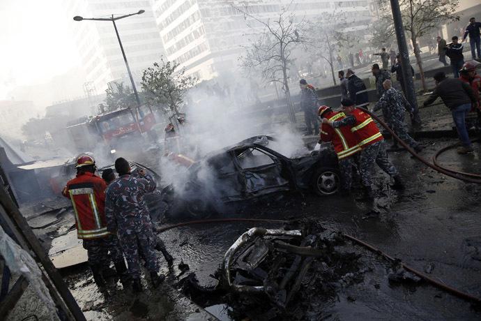 O pessoal da Defesa Civil extinguir incêndios em carros no local de uma explosão na área centro de Beirute, 27 de dezembro de 2013.  (Reuters / Steve Crisp)