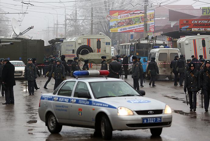 Law enforcement agents at the site of an explosion on a trolleybus near Kachinsky Market in Volgograd. (RIA Novosti / Kirill Braga)