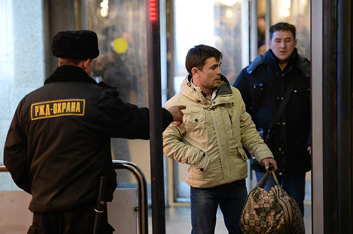 A security gurad of the RZhD Okhrana company checks visitors at Moscow's Kazan Train Station. (RIA Novosti / Maksim Blinov)