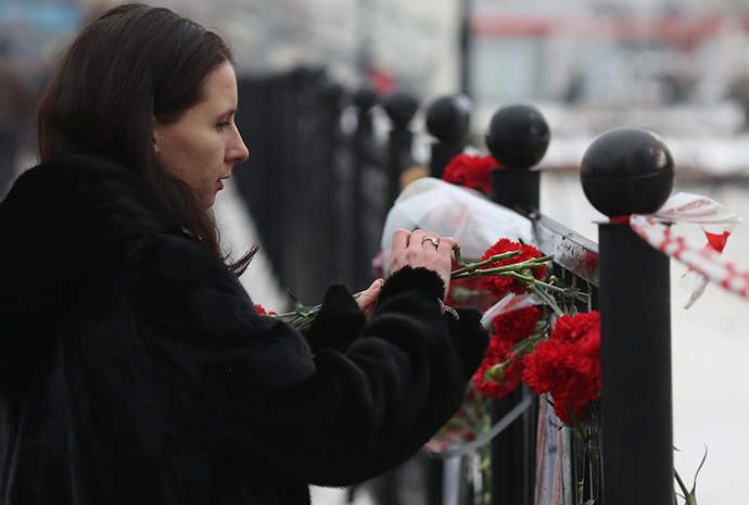 A woman lays flowers to commemorate victims in the explosion at the Volgograd railway station. (RIA Novosti / Kirill Braga)