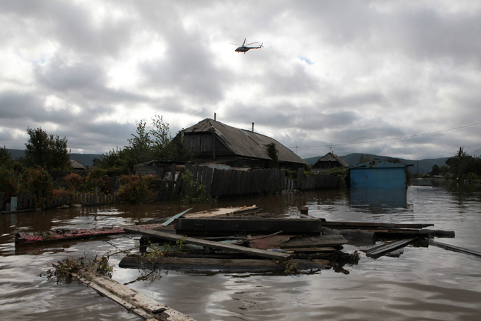 A helicopter flies over a flooded dwelling outside Komosomolsk-on-Amur in Russia's far east September 7, 2013 (Reuters / /Vladimir Barsukov)