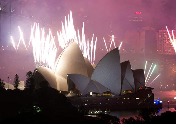 Fireworks explode off the Sydney Opera House at midnight, ushering in the new year, in Sydney January 1, 2014.(Reuters / Jason Reed)
