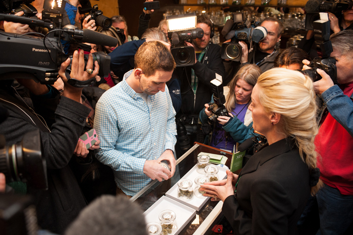 Sean Azzariti, a veteran of the Iraq war, prepares to make the first legal recreational marijuana purchase in Colorado from advocate Betty Aldworth at the 3-D Denver Discrete Dispensary on January 1, 2014 in Denver, Colorado (AFP Photo / Theo Stroomer)