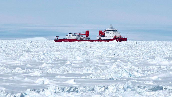 Chinese Antarctic vessel Xue Long (C) from the bridge of the Aurora Australis ship off Antarctica.(AFP Photo / Jessica Fitzpatrick)