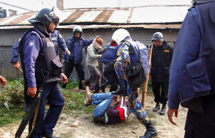 Bangladeshi police beat a suspect following an attack on a polling station in the northern town of Bogra on January 5, 2014.(AFP Photo / Stringer)