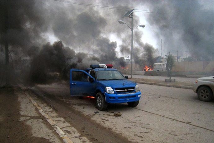 Smoke billows from a police car following clashes between Jihadists and Iraqi forces backed by tribesmen in the Iraqi city of Fallujah, West of Baghdad, on January 1, 2014. (AFP Photo)
