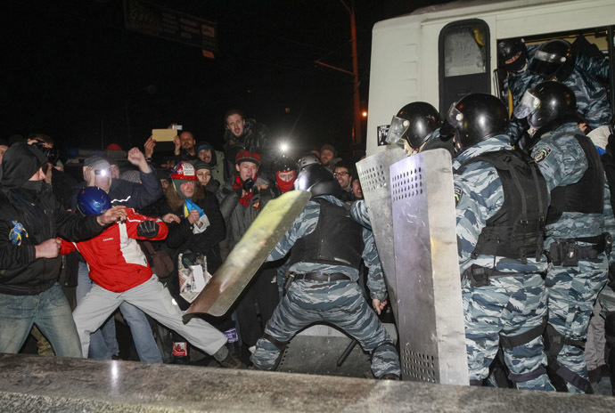 Opposition activists clash with riot police as they block police buses near a court in Kiev January 10, 2014. (Reuters/Gleb Garanich)