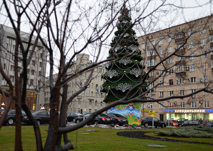 New Year fir tree on Zubovsky Boulevard just behind a green lawn where the snow melted due to the temperature of plus 8 degrees C on January 10, 2014 (RIA Novosti / Valeriy Melnikov)