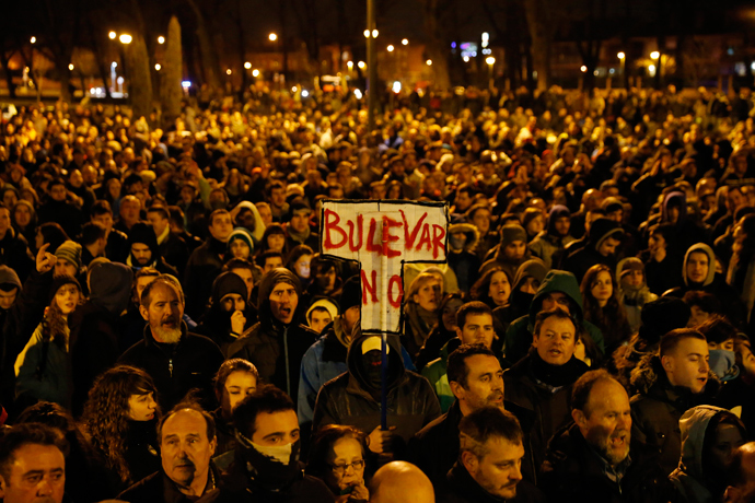 Demonstrators gather to protest against imminent construction works to revamp Vitoria street, the city's main thorough-fare, in Burgos on January 12, 2014 (AFP Photo / Cesar Manso)