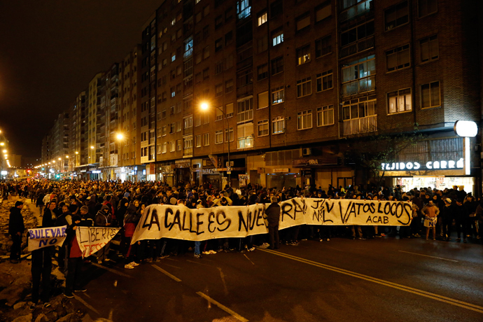 Demonstrators hold a placard during a protest against imminent construction works to revamp Vitoria street, the city's main thorough-fare, in Burgos on January 12, 2014 (AFP Photo / Cesar Manso)