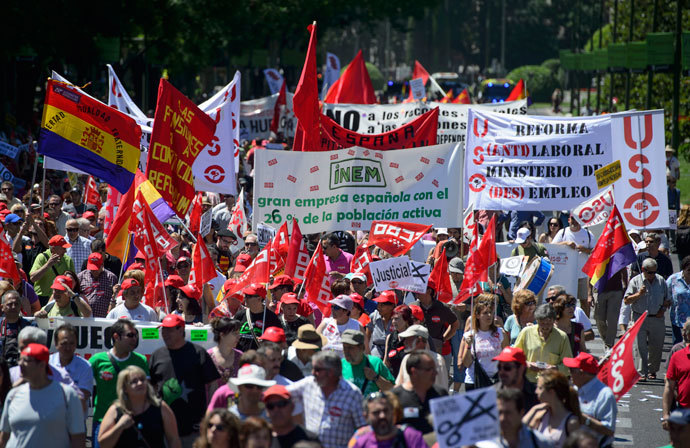 People attend a demonstration organized by CCOO and UGT Union workers in Madrid.( AFP Photo / Dani Pozo)