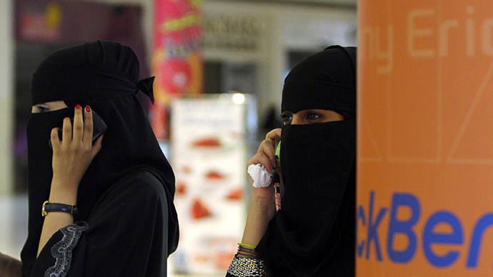 Saudi women celebrate: Monitoring system of cross-border movements suspended