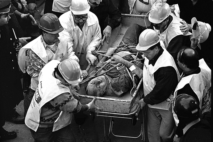 (FILES) Argentine rescue workers evacuate Jacobo Chemanuel (56) found under the rubble after 36 hours of the blast wich destroyed Argentinian Israelite Mutual Association (AMIA) in Buenos Aires, killing 85 people 18 July 1994. (AFP Photo / Ali Burafi)