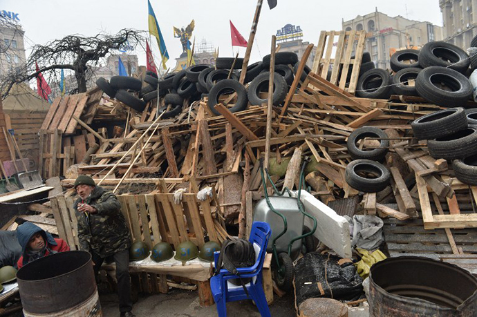 Protesters guard a barricade set on the Independence Square during a non-stop protest of the Ukrainian opposition on December 20, 2013 in Kiev. (AFP Photo / Sergey Supinsky)