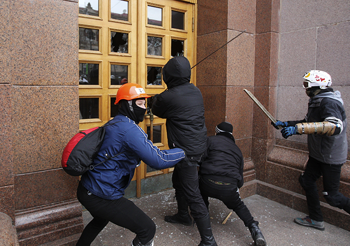 Unidentified men break the door of the Kiev City State Administration (Kiev City Council) building during a rally held by supporters of EU integration in Kiev, December 1, 2013. (Reuters / Valentyn Ogirenko)