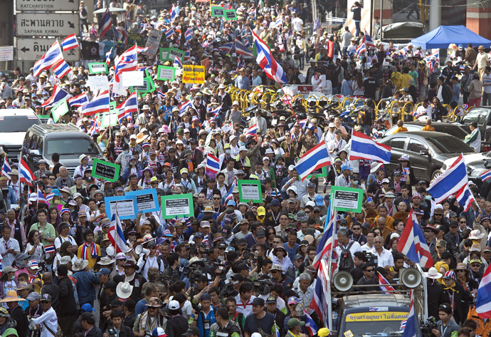 Thai anti-government protesters wave national flags during a rally in Bangkok on January 19, 2014 (AFP Photo)