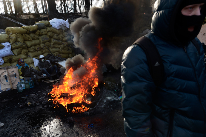 Anti-government protesters stand at a road block in Kiev on January 26, 2014 (AFP Photo / Aris Messinis)
