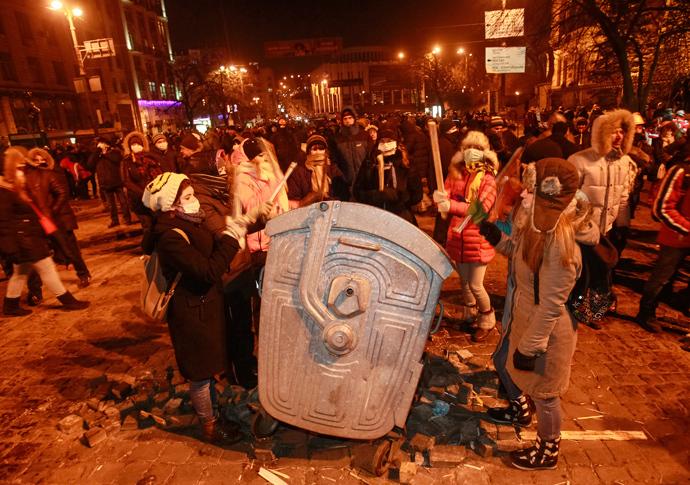 Pro-European protesters bang on a metal bin during a rally in Kiev January 20, 2014. (Reuters / Gleb Garanich)