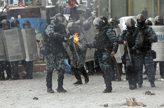 Riot policemen prepare a a Molotov cocktail during clashes with pro-European protesters in Kiev January 22, 2014. (Reuters/Gleb Garanich)