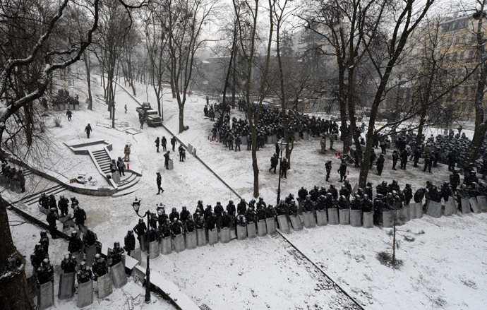 Armour-clad security forces block access to the Verkhovna Rada parliament in Kiev on January 21, 2014. (AFP Photo)