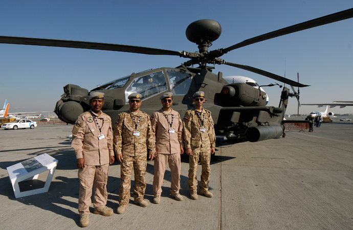 United Arab Emirates army pilots pose in front of the AH-64D Apache helicopter (Reuters / Nikhil Monteiro)