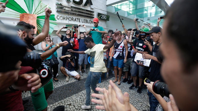 Mall rats: Brazilian flash mob forces closure of luxury shopping center