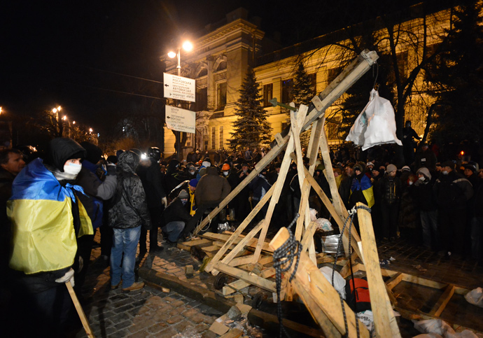 Ukrainian rioters use a catapult during clashes with the police in central Kiev on January 20, 2014.(AFP Photo / Vasily Maximov)