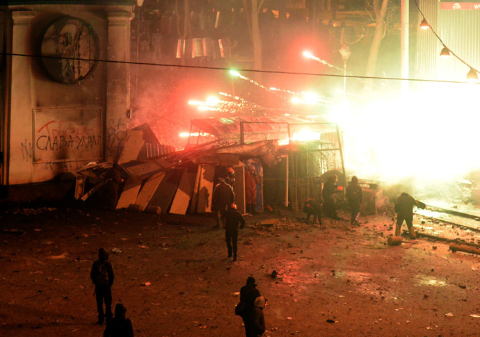 Grenade explodes during clashes between police and rioters in central Kiev on January 20, 2014. (AFP Photo)