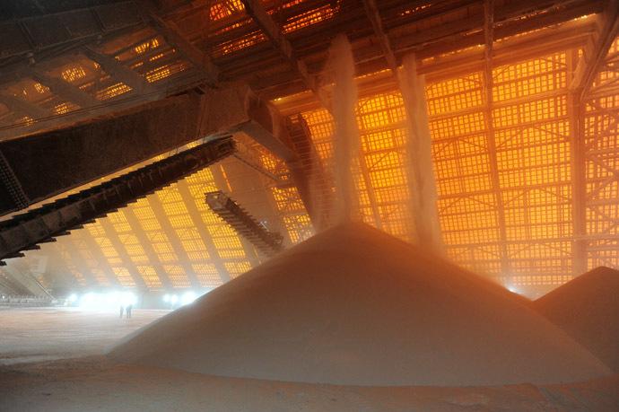 White muriate of potash at the finished product warehouse of the mining plant administration Berezniki-4 of JSC Uralkali. (RIA Novosti/Pavel Lisitsyn)