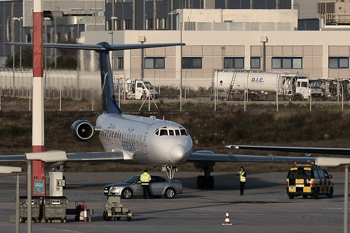 A Syrian Air plane stands on the tarmac of the Athens International airport on January 21, 2014. (AFP Photo)