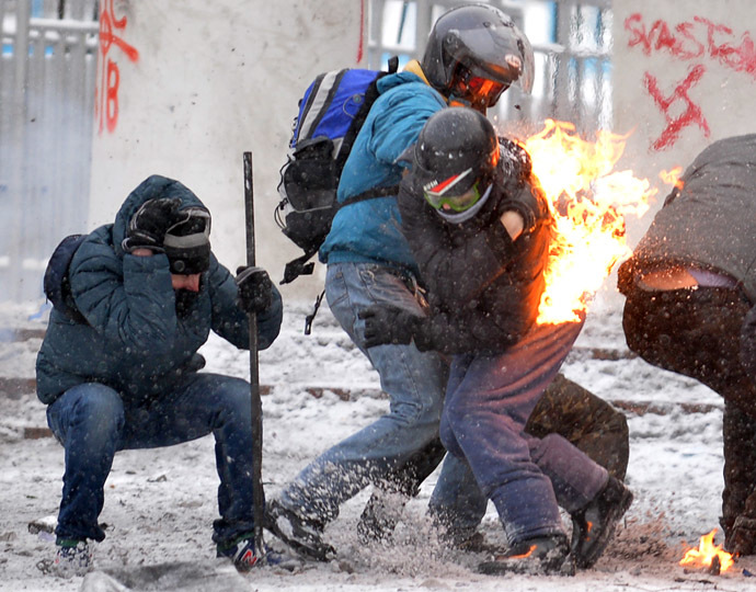 Protesters clash with the police in the center of Kiev on January 22, 2014. (AFP Photo)