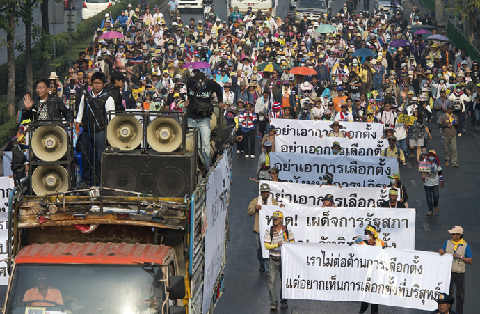 Thai anti-government protesters parade to surrounded polling station during a rally in Bangkok on January 26, 2014 (AFP Photo)