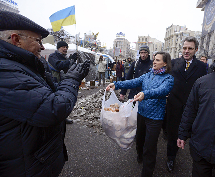 A handout picture released on December 10, 2013 by Ukrainian Union Opposition press services hows US Assistant secretary of State for European and Eurasian Affairs Victoria Nuland (R) distributing cakes to protesters on the Independence Square in Kiev on December 10, 2013. (AFP Photo / Andrew Kravchenko)