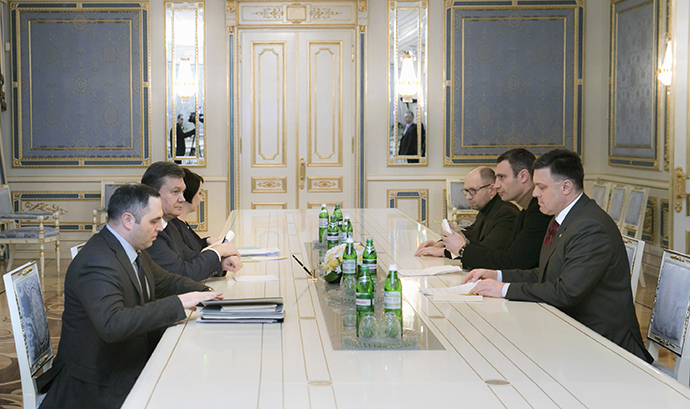 Ukraine's President Viktor Yanukovich (2nd L) meets with opposition leaders (R, front-back) Oleh Tyahnybok, Vitaly Klitschko and Arseny Yatsenyuk in Kiev January 27, 2014. (Reuters / Andrei Mosienko)
