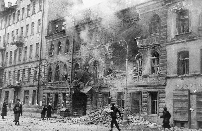 A street after a German artillery raid during the Leningrad blockade (RIA Novosti/Vsevolod Tarasevich)
